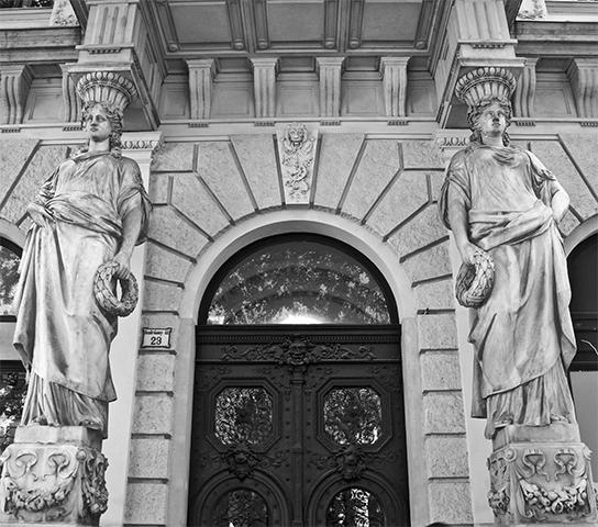 Arquitectura palacios columnas estatuas barrocas Andrássy Út