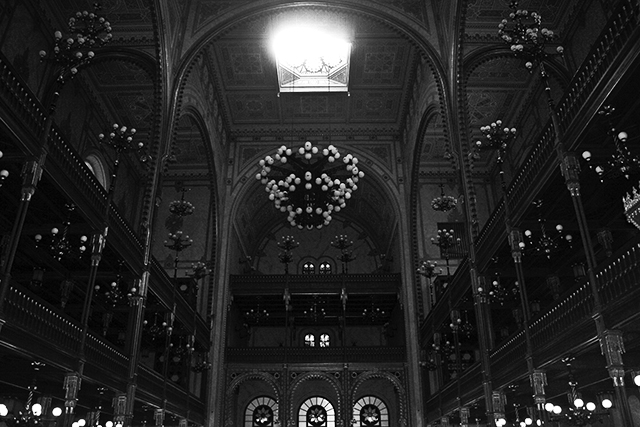 Interior Gran Sinagoga Budapest blanco y negro
