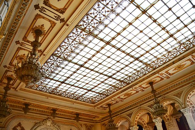 Interior enorme salón lámparas y cristalera Parlamento de Bucarest