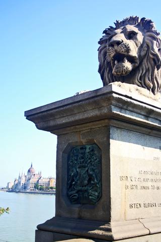 Puente de las Cadenas leones Budapest Danubio