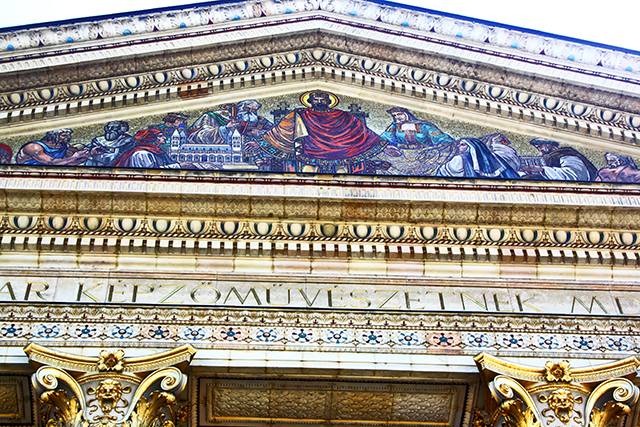 Mosaico San Esteban frontón Palacio Múcsarnok Budapest