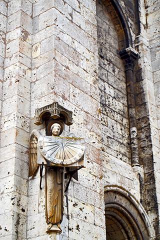 Escultura ángel piedra pórtico real Catedral Notre-Dame Chartres Francia