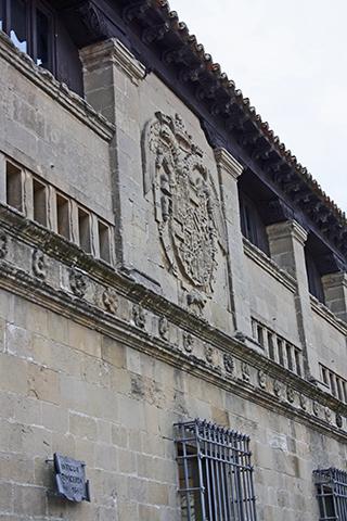 Escudo fachada antigua carnicería Baeza