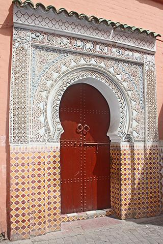 Puerta decoración simetría calle riyadh Zitoun Jdid medina Marrakech