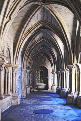 Arcos ojivales claustro catedral Oporto