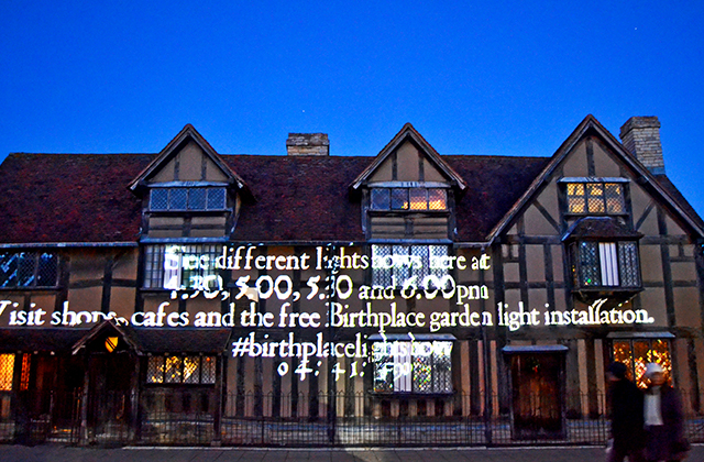 Versos obras William Shakespeare reflejos casa natal espectáculo luz sonido Stratford-Upon-Avon