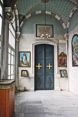Puerta cruces oro Iglesia San Antonio de Padúa centro histórico Estambul