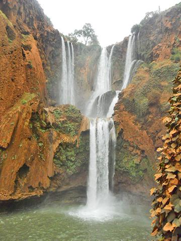Vista frontal caída aguas cascadas Ouzoud Marruecos
