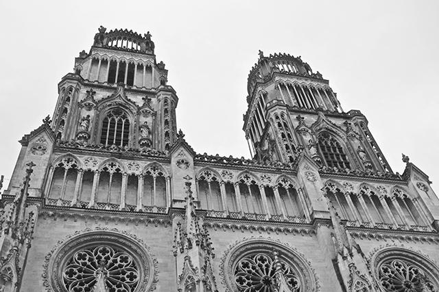 Fachada gótica torres Catedral Ste Croix Orleans blanco y negro