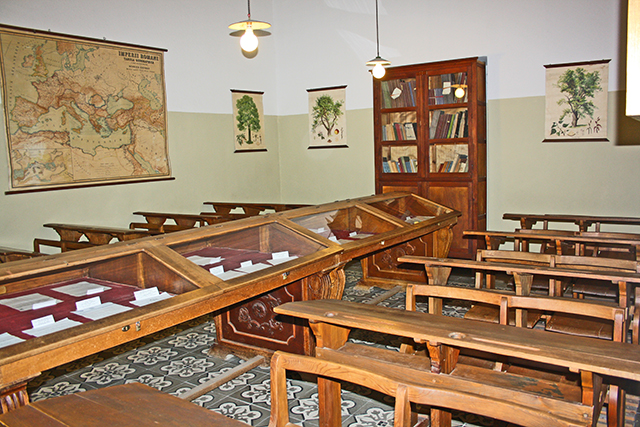 Aula Antonio Machado pupitres madera Instituto antigua universidad Baeza