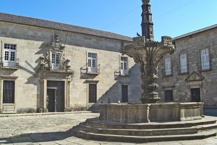 Fuente principal piedra centro histórico Plaza Consistorial Torres C Almeida