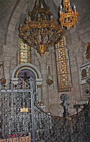 Interior cripta románica Catedral La Almudena Madrid