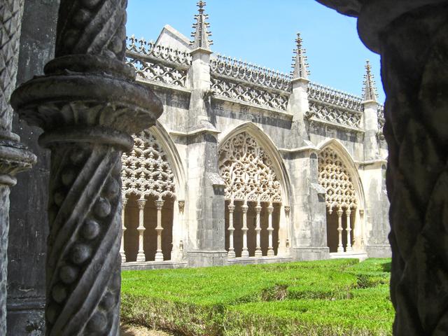 Claustro manuelino y decoración columnas Monasterio de Batalha Portugal