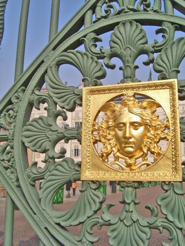 Decoración rostro oro puerta Palacio Real Turón