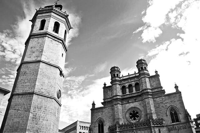 Panorámica torre campanario concatedral Santa María Plaza Mayor Castellón blanco y negro