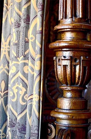 Detalle cortina textura flor lis madera interior habitación castillo Amboise Francia