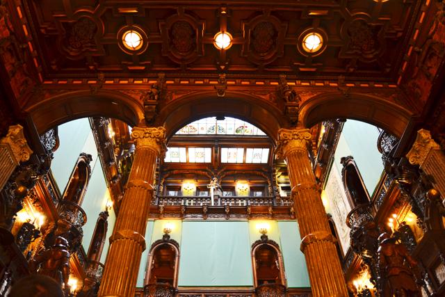 Hall interior columnas corintias y madera teca Castelul Peles Sinaia Rumanía