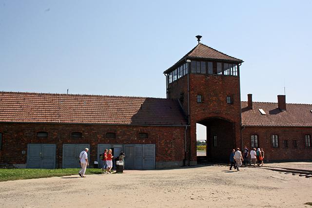 Torre entrada ladrillo campo concentración Birkenau Polonia