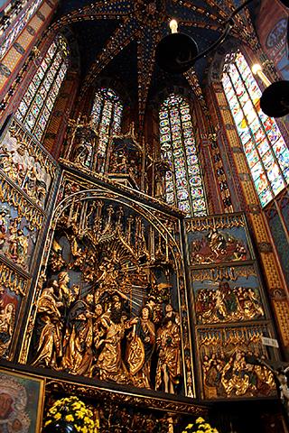 Decoración interior retablo oro basílica Santa María Cracovia