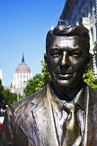 Escultura Ronald Reagan estatua Plaza Libertad Budapest