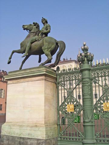 Escultura caballo puertas Palacio Real Turín