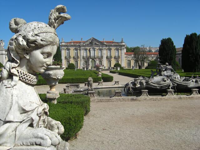 Esfinge escultura piedra jardines colgantes Palacio Queluz Lisboa Portugal
