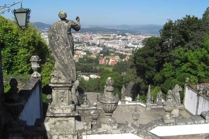 Estatua piedra espaldas escalinata Bom Jesus do Monte Portugal