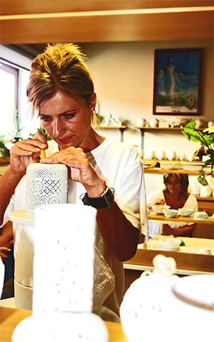 Mujer fabricando pintando a mano porcelana Herend Hungría