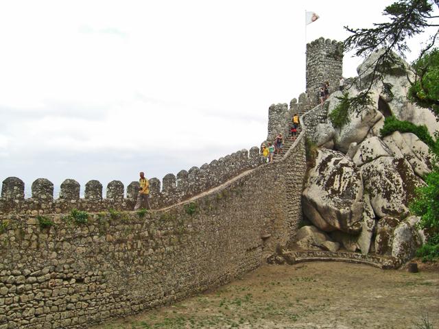 Muralla fortaleza piedra torre bandera Castelo dos Mouros Sintra Portugal