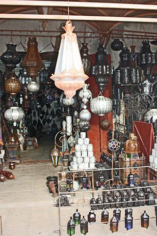 Lámparas latón zoco plaza hojalateros Marrakech
