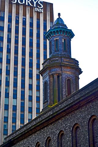 Iglesia y Hotel Jurys Inn centro Birmingham