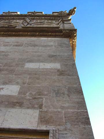 Gárgola muros góticos Lonja Seda centro histórico Valencia