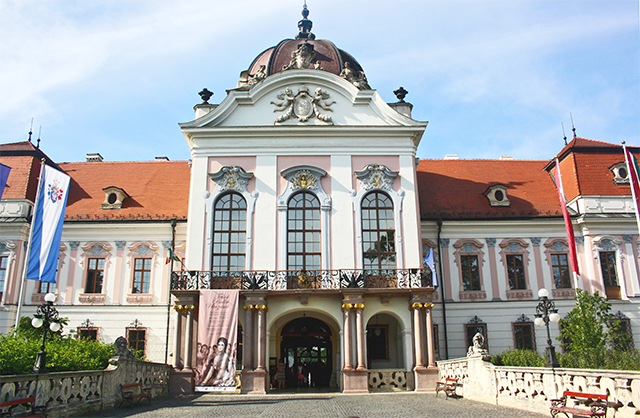 Fachada principal decoración estilo rococó Palacio Real Gödöllo Budapest Hungría