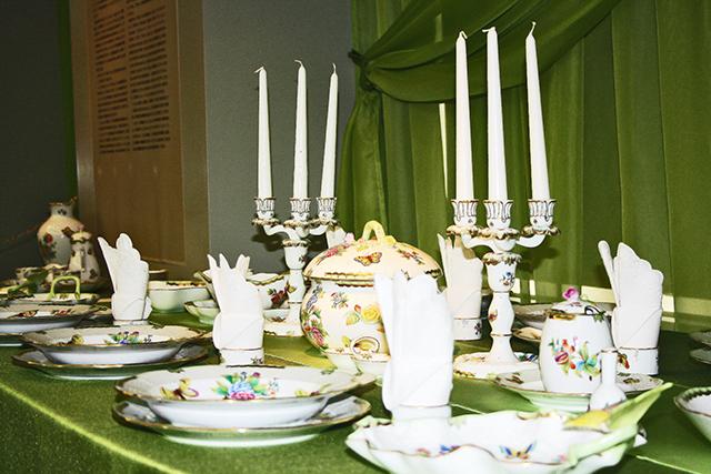 Mesa cubertería porcelana pintada a mano Herend Hungría