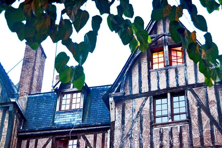 Ventana iluminada casas medievales Plaza Plumerau Tours