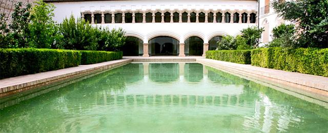 Claustro gótico estanque iglesia Convento Santa Clara Murcia