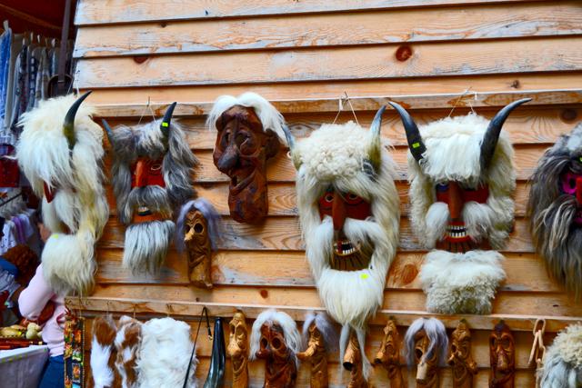 Máscaras madera mercadillo Castillo Bran Rumanía