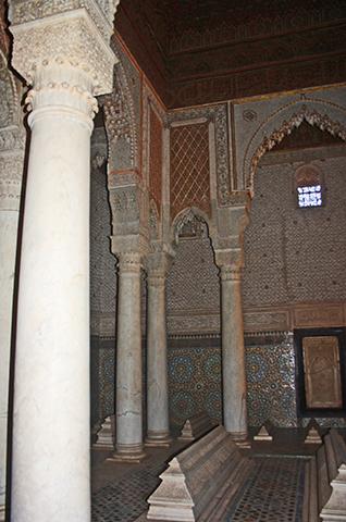 Columnas celosías decoración interior árabe Tumbas sadíes Marrakech