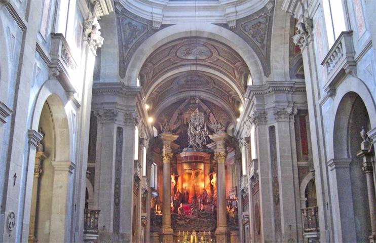 Interior decoración púlpito columnas Bom Jesus do Monte Braga Portugal