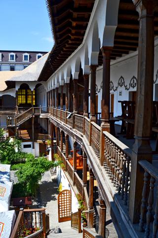 Interior Hanul Lui Manuc centro histórico Bucarest