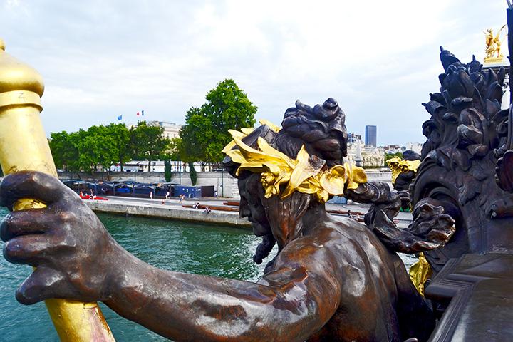 Escultura mazo corona oro Puente Alexandre III río Sena París