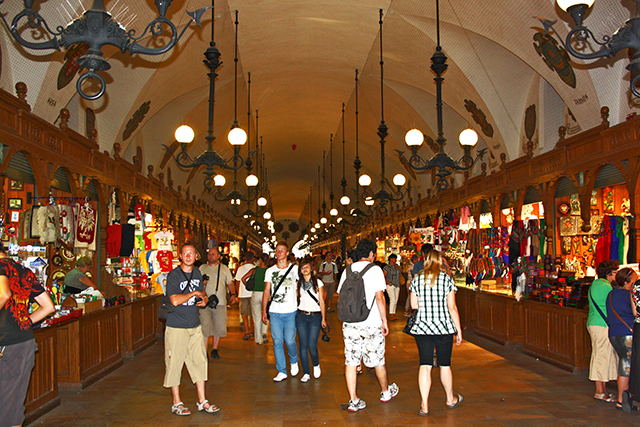 Turistas interior Mercado de los paños tiendas Cracovia