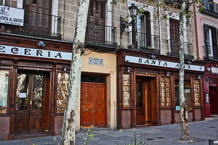 Locales legendarios Plaza Santa Ana barrio de las letras Madrid