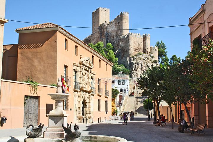 Panorámica fuente plaza Santa María Castillo Almansa
