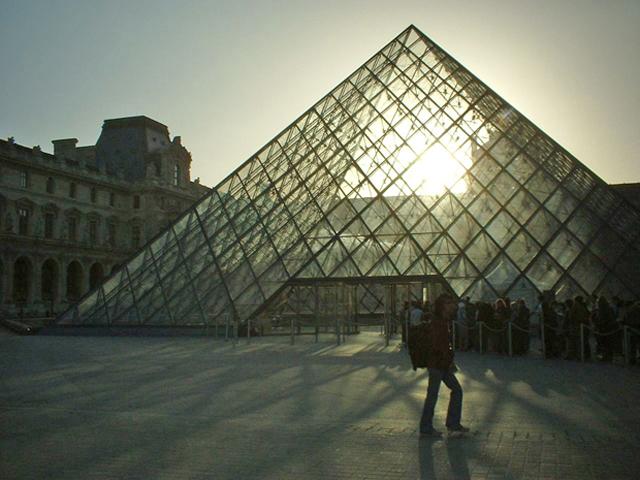 Atardecer Pirámide Louvre Leoh Ming Pei París