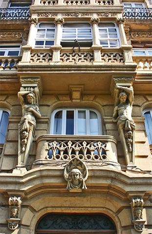 Fachada esculturas modernismo centro histórico Almería