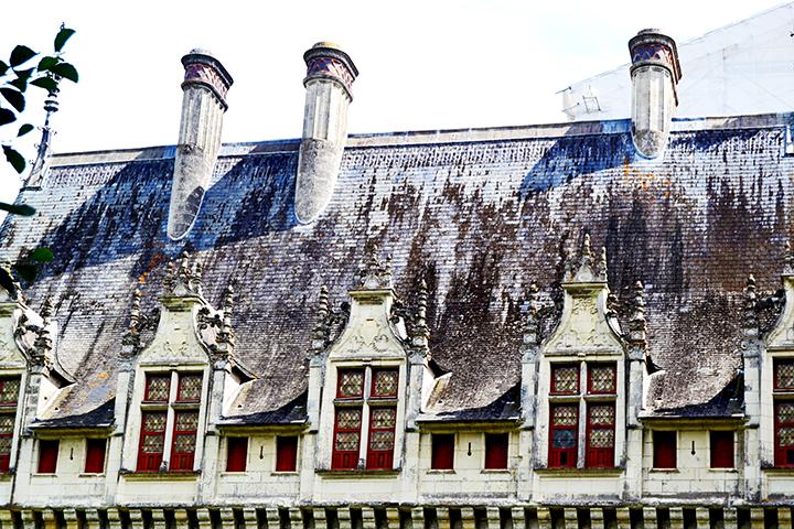 Fachada renacentista ventanas chimeneas castillo Azay Le Rideau