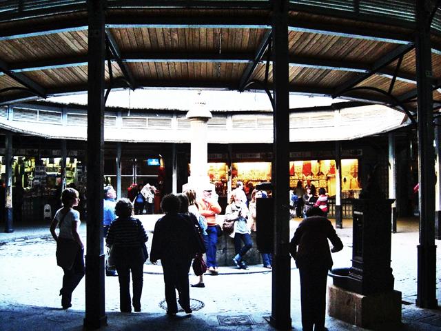 Gente descansando Plaça Redonda el Clot centro histórico Valencia