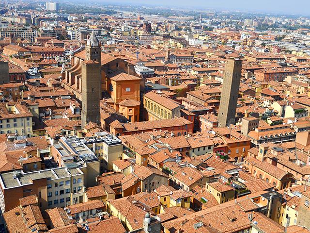 Vistas dos torres tejados rojos Bolonia
