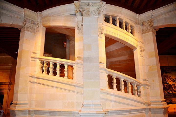 Gran escalinata piedra Leonardo da Vinci castillo Chambord